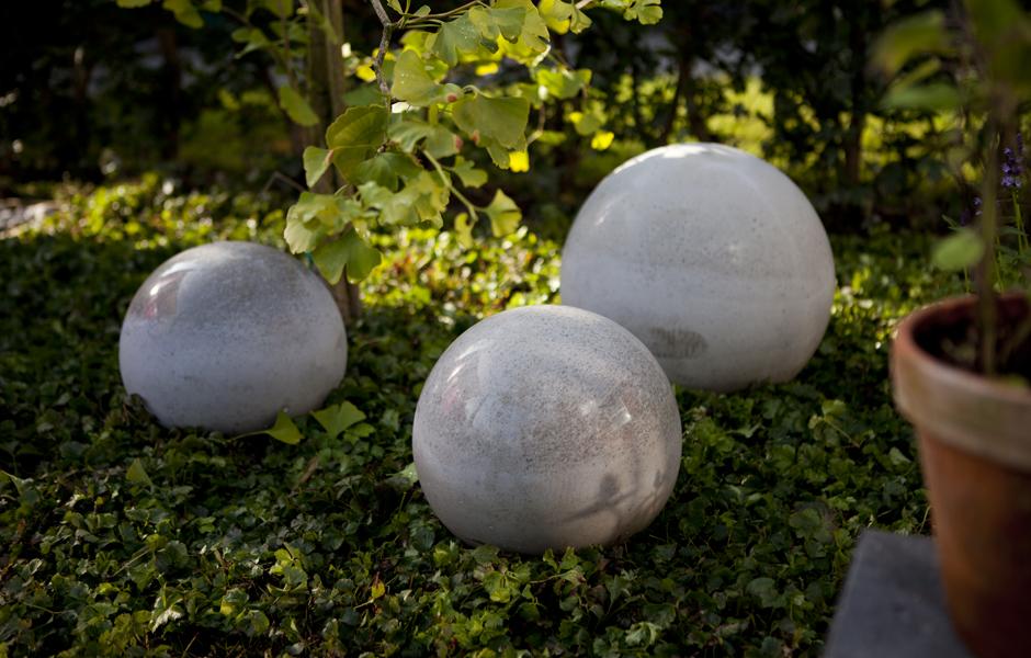 Glatstøbte betonkugler i haven