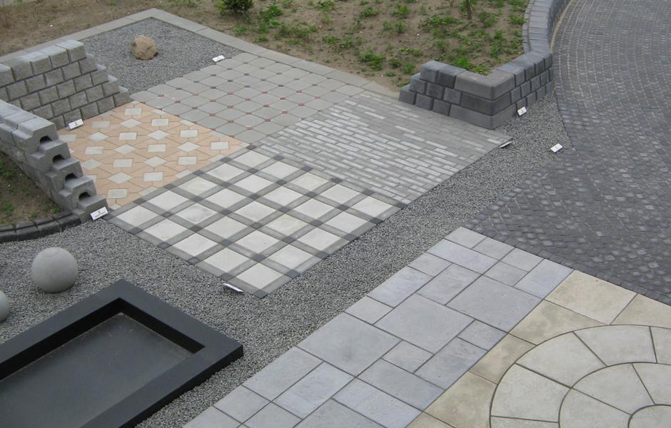 Udstilling med betonfliser og belægningssten