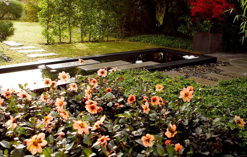 Spejlbassin i haven med trædefliser