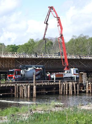 Støbning af bro over Gudenåen i Silkeborg