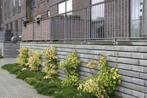 Mur elementer som støttemur i grå