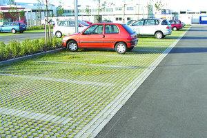 græsarmeringssten ved parkeringsplads med biler på