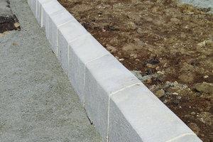 Jordfugtig beton til kantsætning
