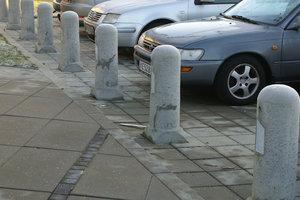 Beton pullert i grå