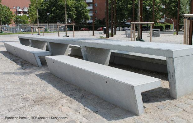 Borde og bænke af beton på DSB-arealet