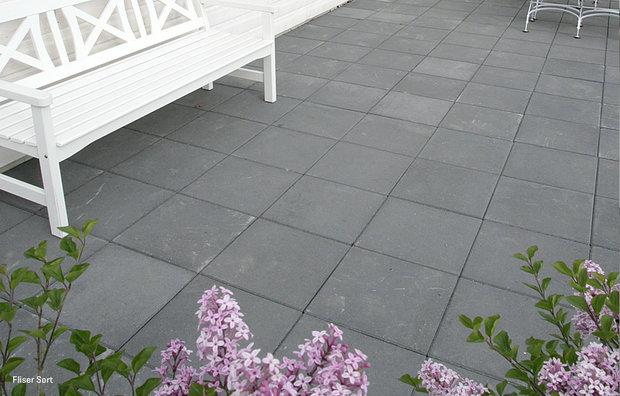Sorte fliser på terrassen