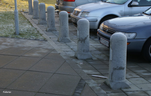 Grå betonpullert