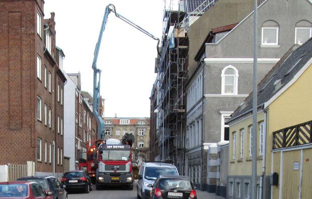 Aflevering af færdigbeton i by