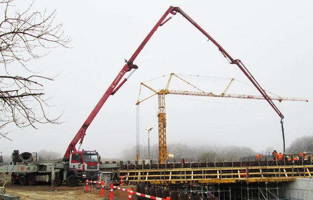 Lang betonpumpe på betonkanon