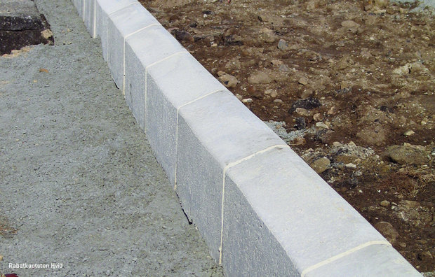 Shoulder/Verge curbs white 1