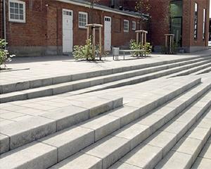 Beton trappe opbygget af betontrappetrin
